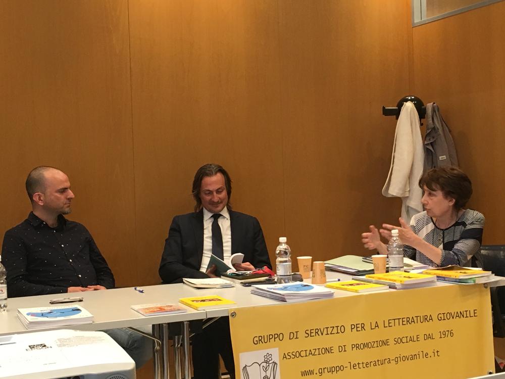 Claudia Camicia presenta il saggio di A. Sorgente e G. Splenito, Gli echi pedagogici della letteratura tra musica classica e rap. Con lei il prof. Leonardo Acone e il dott. Gennaro Splenito.